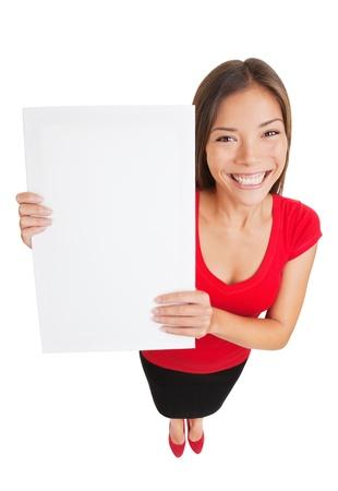 흰색 빈 기호 플래 카드 빌보드를 들고 젊은 여자