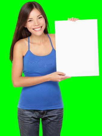 Registrieren Frau, die mit weißen leere Papier Schild. Lächelnde glückliche junge asiatische Mädchen im Trägershirt getrennt auf Green-Screen-Chroma-Key-Hintergrund.