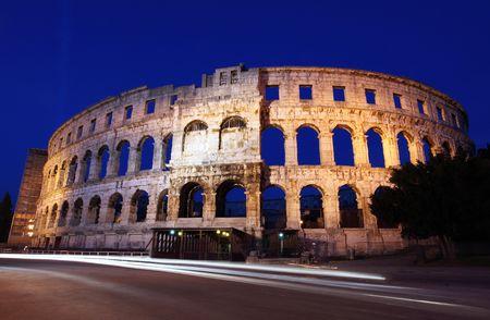 roman amphitheatre: El anfiteatro romano de pula, Croacia durante la noche.  Foto de archivo