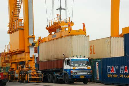 autoridad: Bangkok, Tailandia - 16 de Mar de 2006: la Autoridad Portuaria de Tailandia. Con un buque de carga para albergar la carga de contenedores grúas
