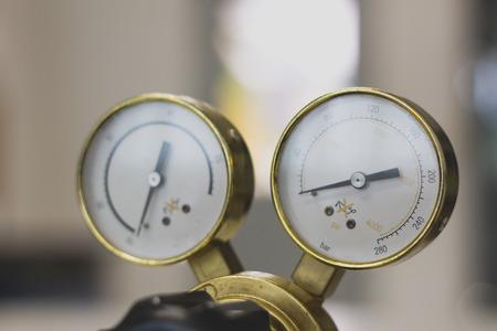 Equipo de herramientas de manómetro, manómetro en un regulador de gas en un equipo analítico de laboratorio.