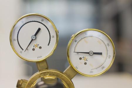 Equipo de herramientas de manómetro, manómetro en un regulador de gas en un equipo analítico de laboratorio. Foto de archivo