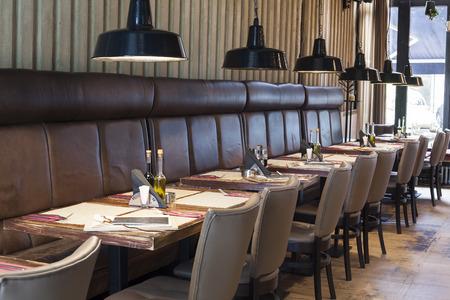 barra de bar: mesa preparada en el interior del restaurante, shalow Deepth de campo