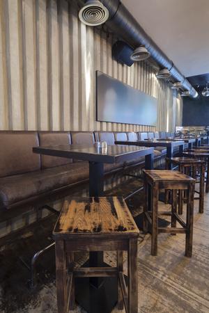 silla: mesa en el restaurante interior