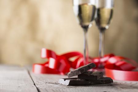 cioccolato e due bicchieri di champagne con nastro rosso. Valentino