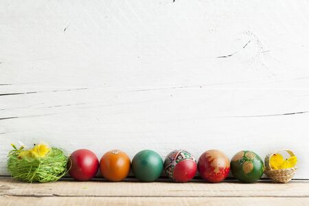 Easter eggs and white wooden country table, background and texture, copyspace 스톡 콘텐츠