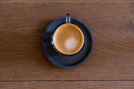 una tazza di caffè sul bancone della cucina