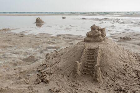 沙子寺庙在海滩的。像沙堡。斯里兰卡的Bentota海滩。