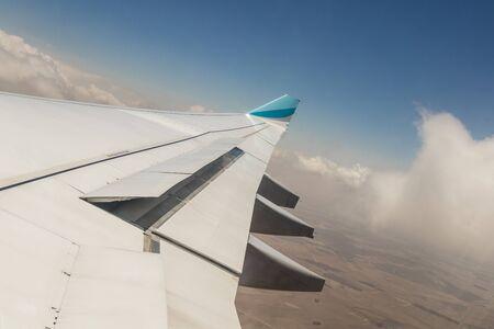 Blick aus einem Flugzeugfenster in großer Höhe und Turbinen über Afrika. Standard-Bild