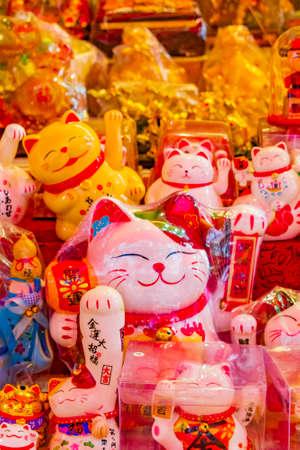 Bangkok Thailand May 22, 2018 Golden chinese cat souvenirs in souvenir shop store in Bangkok Thailand. Publikacyjne
