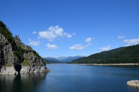 Landscape of Lake Vidraru (Lacul Vidraru). View from Vidraru dam in Fagaras Mountains. Transfagarasan road, Romania. Banque d'images