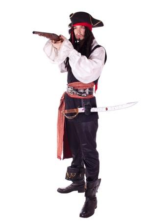 Ein Mann wie ein Pirat, Pistole und Säbel gekleidet. Weißer Hintergrund. Studio Fotografie.