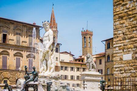 Piazza della Signoria and Fountain of Neptune in Florence. Piazza della Signoria is the square in front of the Palazzo Vecchio, gateway to Uffizi Gallery, and Loggia della Signoria Standard-Bild