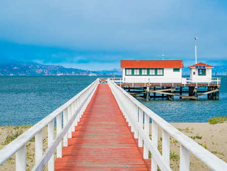 San Francisco, California: The Marina District neighborhood, beach and port, bounded by Van Ness Avenue, Presidio National Park, Lombard St on North and a shoreline of the San Francisco Bay 스톡 콘텐츠