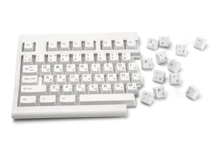 Una metà di una tastiera con tasti rotto vicino isolato su bianco Archivio Fotografico - 10810535
