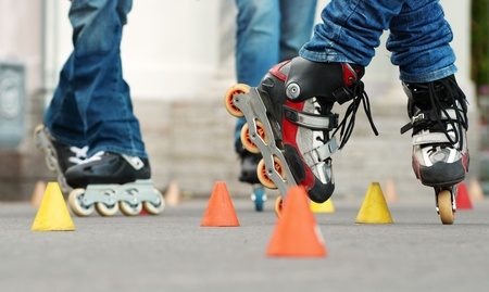 slalom: Slalom skating Freestyle jest wysoce techniczny pole jazdy, który obejmuje sztuczek wykonujÄ…cych wokół linii prostej szyszek równomiernie rozmieszczonych Zdjęcie Seryjne