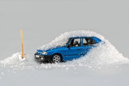 Automobile modello sepolto nella neve