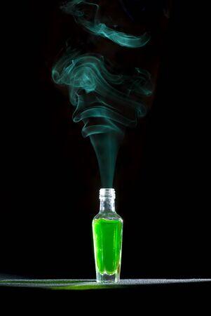 veneno frasco: Genio de la botella. Aislados en negro. Foto de archivo