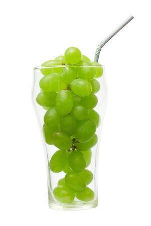 Uva nel bicchiere con paglia isolato su bianco Archivio Fotografico