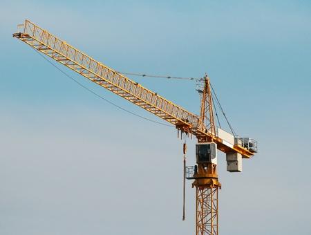 costruzione di gru a torre contro il cielo
