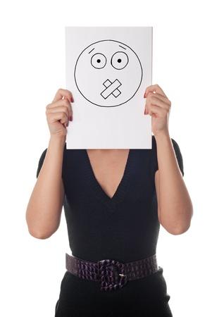 keep silent: Mujer joven con la cara pintada de grabado en la hoja de papel sobre su rostro aislado en blanco Foto de archivo