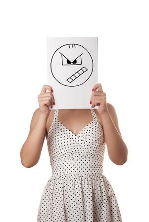 Giovane donna in abito estivo bianco con il foglio di carta bianco sul viso isolato su bianco