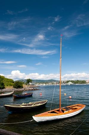 A imbarcazioni in legno legata alla riva contro il cielo blu penisola Bygdoy nei pressi di Fram. Oslo. Norvegia.