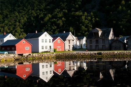 Vecchie case di legno vicino laghetto ai piedi della montagna in Laerdal, Norvegia