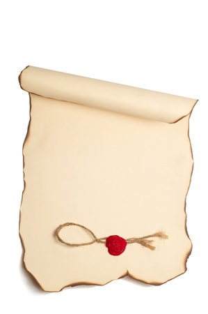 Carta scorrere con con bordi bruciati e francobollo isolato su bianco Archivio Fotografico