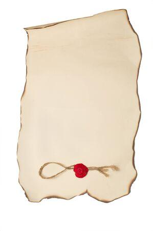 Carta scorrere con con bordi bruciati e francobollo isolato su bianco Archivio Fotografico - 10906181