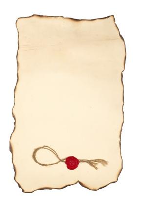 Carta scorrere con con bordi bruciati e francobollo isolato su bianco Archivio Fotografico - 10906180
