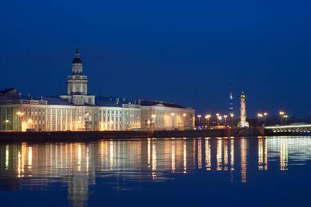 Veduta notturna di argine del fiume Neva a San Pietroburgo, Russia Archivio Fotografico - 10906183