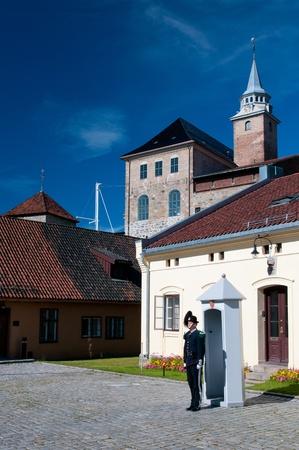 OSLO - 16 luglio: Sua Maestà Guardia del re della fortezza Akershus. Le guardie reali a guardia del Palazzo Reale di Oslo, Bygdoy Reale Estate, Skaugum e la Fortezza di Akershus a Oslo. 16 luglio 2011.