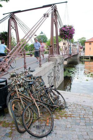 Vecchie biciclette arrugginite pescate dal fiume in Upsala. 20 luglio 2011. Editoriali