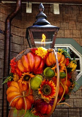 Fall Decoration on Rustic Lamp Standard-Bild
