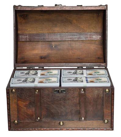 cofre del tesoro: Pecho viejo abierto lleno de pilas de fajos de 100 d�lares estadounidenses aislados sobre fondo blanco.