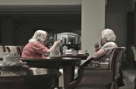 damas antiguas: Hotel Provimcial, Mar del Plata, Argentina, ancianas tomando el t�