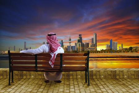 hombre arabe: Un hombre mirando el paisaje urbano de Kuwait