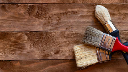 Paint brushes on a wooden table, home do it yourself concept Banque d'images - 107515732
