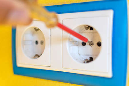 Repair concept of electrical plugs inside the home. Banque d'images - 107515740