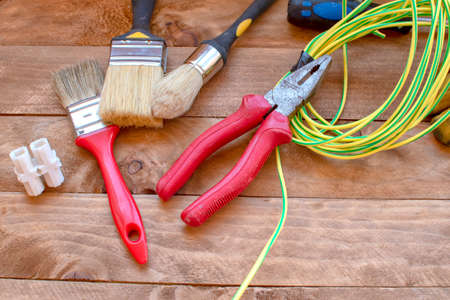 Home repair concept with hammer, wrenches, paint brushes, pliers and light cable Banque d'images - 107515741