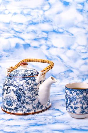 Teekanne und Tasse China blauer chinesischer Porzellantee, mit blauem Marmorhintergrund.