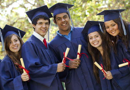 licenciado: Graduarse alumnos sonriendo y riendo con diplomas; �rboles en segundo plano