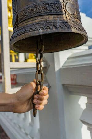 仏教寺院で鐘を鳴らすハンドル 写真素材 - 91897683
