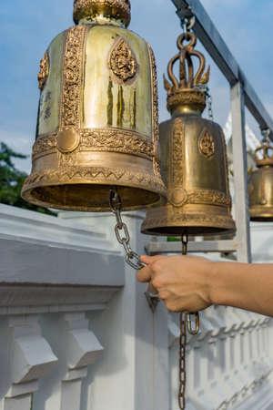 仏教寺院で鐘を鳴らすハンドル