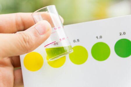 amoniaco: Medición del valor de amoniaco en agua, pruebas de valor de amoniaco en agua de mar Foto de archivo