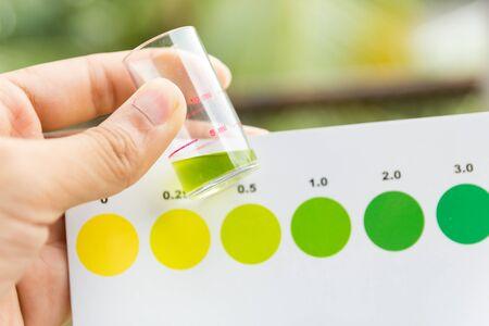 ammonia: Medici�n del valor de amoniaco en agua, pruebas de valor amoniaco Foto de archivo