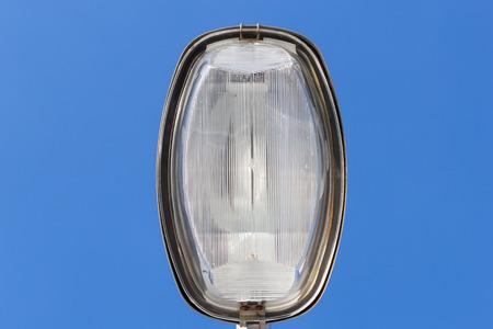 하늘 배경에 가로등의 램프