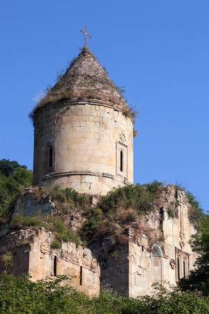 Armeense oude kerk van Nor Varagavank op de groene heuvel onder de blauwe hemel