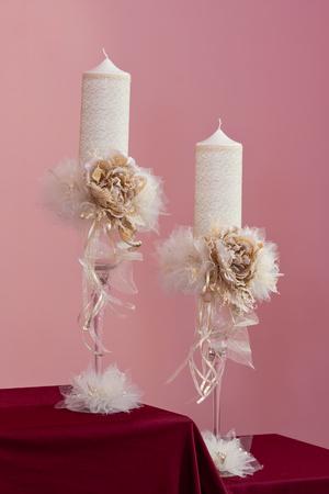 Paar witte en gouden bruids kaarsen met kunstbloemen